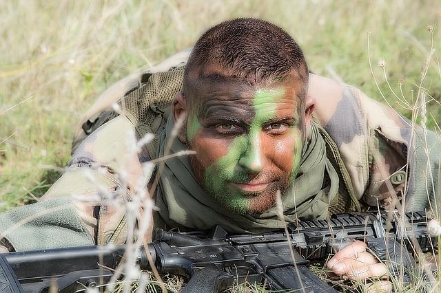 Bluzy militarne - rodzaje i cechy charakterystyczne